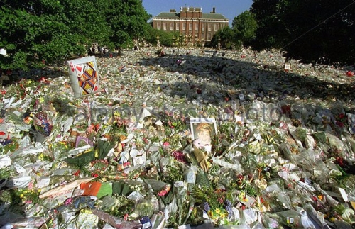 princess-diana-death-31-august-19997-the-flowers-outside-kensington-b4r5fx.jpg